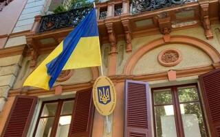 Чим відрізняється посольство від консульства